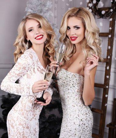 美丽的女人,在手中,香槟庆祝新的一年