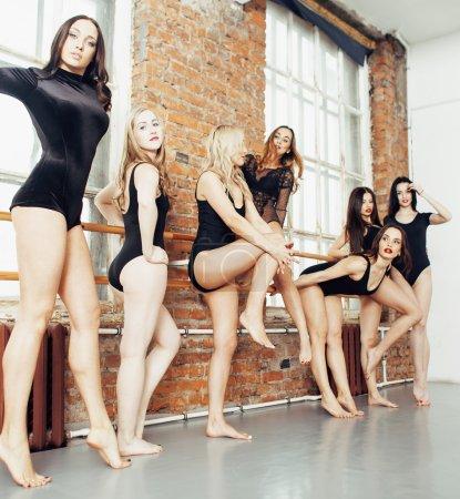许多女孩在工作室芭蕾舞培训