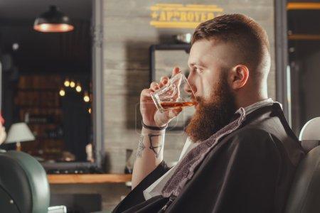 胡子的男子在理发店_高清图片_邑石网