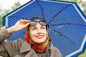 秋天快乐的女人用的伞