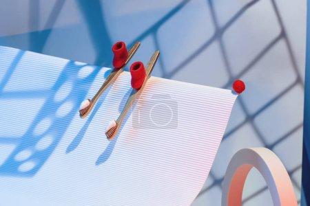 冬季牙科概念,牙刷和牙膏形式的滑雪板红色的毛毡靴骑从山上._高清图片_邑石网