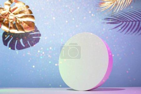 水平构图中的圆形讲台,蓝色背景上的金色棕榈叶,霓虹灯照明,放置在文字中_高清图片_邑石网