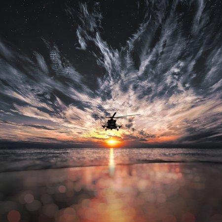 架 mi-8 型直升机,温暖日落日落海滩上
