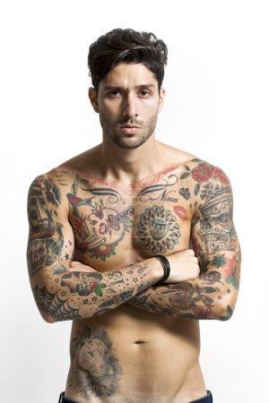 英俊的纹身的男人肖像与双臂交叉_高清图片_邑石网
