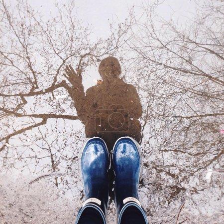 在橡胶靴子的脚