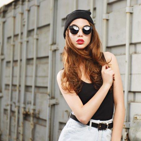 太阳镜和帽子的女孩