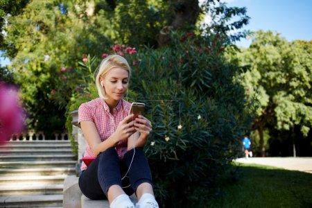 女孩通过移动电话聊天