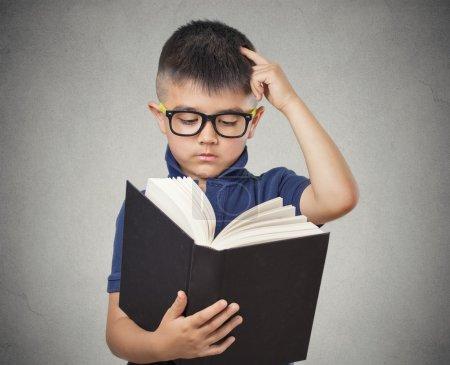 戴着眼镜看书的孩子