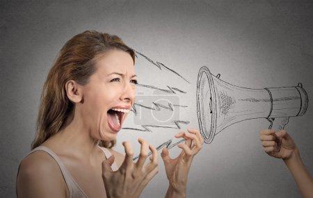 歇斯底里的女人反对某人扩音器大喊图片
