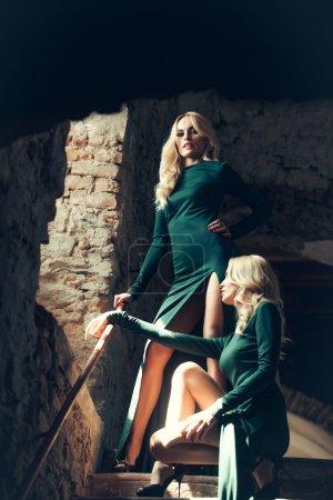 两个漂亮的双胞胎姐妹_高清图片_邑石网