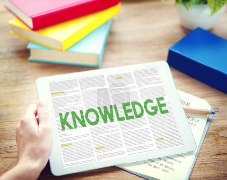 用平板电脑和知识概念的人