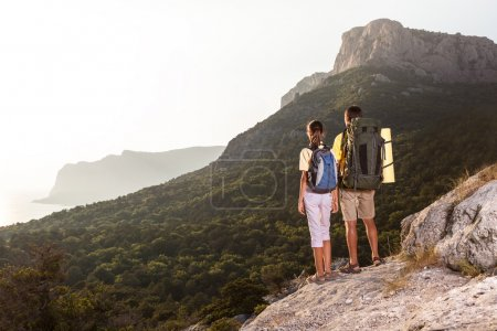 从山上看日出的夫妇