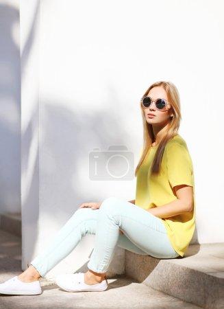 夏天,时尚和人们的观念 — — 时尚时髦又酷酷的女孩我_高清图片_邑石网