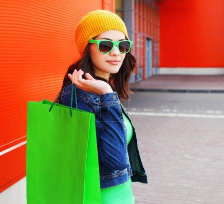 时尚的时尚酷的年轻女孩,在与 s 太阳镜的肖像_高清图片_邑石网