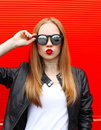 Fashion portrait pretty blonde woman with red lipstick wearing a_高清图片_邑石网
