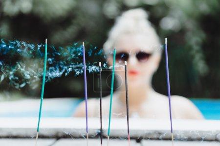 在蓝色的海水游泳池构成的女人 _高清图片_邑石网