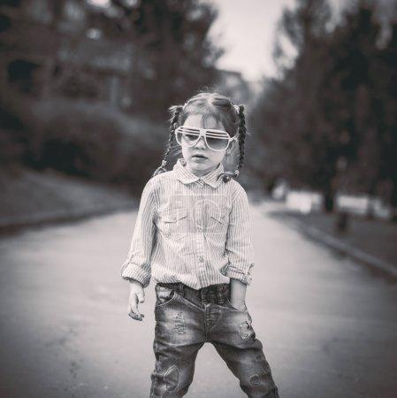 在城市的街道上行走的小漂亮女孩_高清图片_邑石网