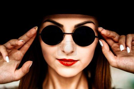 年轻漂亮的女人,戴黑帽子的肖像_高清图片_邑石网