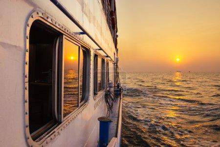 美丽的日落,从渡船在开阔海洋