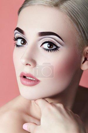 与图形质量化妆的女孩