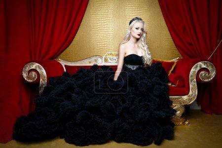 在一条长长的黑裙子的女人