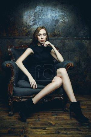 坐在椅子上的黑裙子的女人