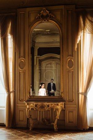 看着她的新郎的时尚新娘_高清图片_邑石网