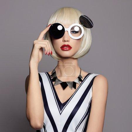 眼镜时尚美丽女孩