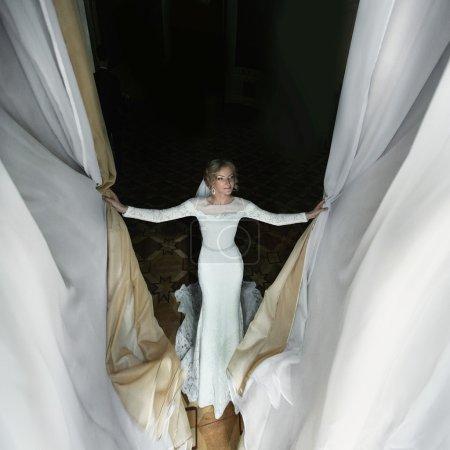 华丽的幸福新娘穿白色连衣裙