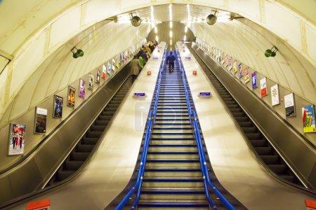 在伦敦地下的自动扶梯上的人