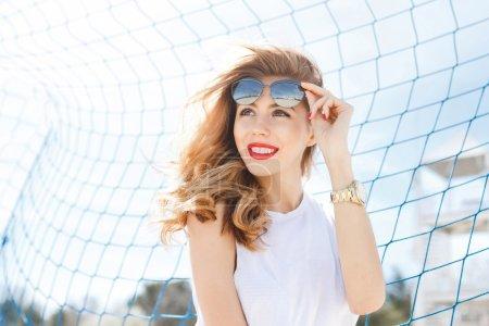 时尚的年轻女孩合影背景的蓝色足球 g