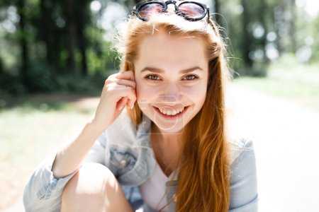 在森林公园散步情感的年轻女孩夏季的一天