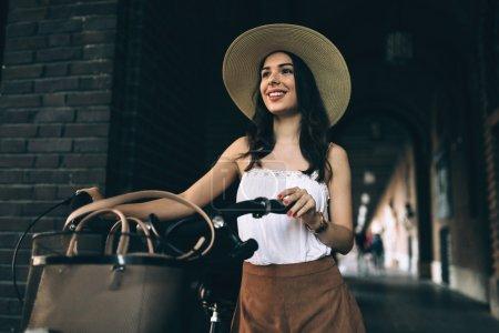 有魅力的女人使用自行车