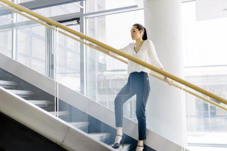 女商人站在楼梯上