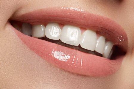 女人的微笑。牙齿美白。牙科护理服务_高清图片_邑石网