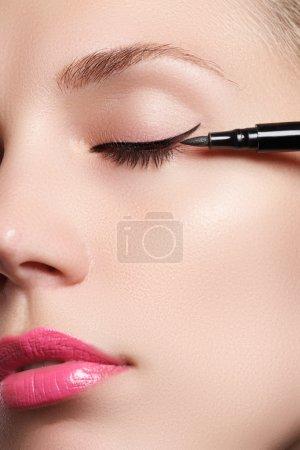 美丽与性感的黑色眼线妆眼睛明亮化妆的女人。时尚箭头形状。别致的晚上化妆。与刷眼线漂亮女人脸上的化妆美容_高清图片_邑石网