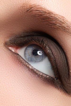 蓝色的女性的眼睛与鲍恩烟熏妆和长长的睫毛_高清图片_邑石网
