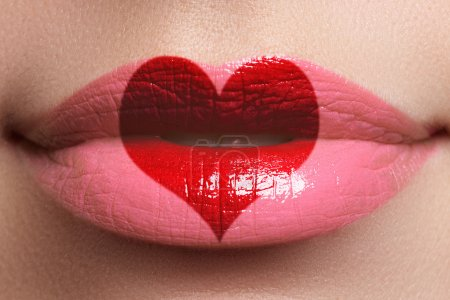 Heart kiss on the Lips. Beauty sexy full lips with heart shape paint. Valentines Day. Beautiful make-up. Lipstick and lipgloss_高清图片_邑石网