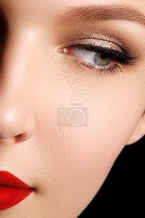 性感的白人年轻女性魅力红色嘴唇化妆、 箭头的眼妆、 纯度肤色模型的特写画像。完美的清洁皮肤。复古美风格_高清图片_邑石网