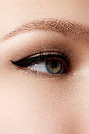 化妆品及化妆。与性感的黑色眼线妆美丽女性的眼睛。在女人的眼睑上的时尚大箭头形状。别致的晚上化妆_高清图片_邑石网