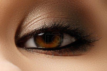 眼部化妆。美丽的眼睛复古风格化妆。节日化妆细节。眼线笔。化妆品和化妆。特写宏拍摄的时尚面貌_高清图片_邑石网