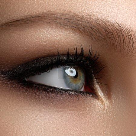 创造性的眼妆。时尚的烟眼睛。化妆品和化妆。黑暗的眼妆。与黑黑眼妆._高清图片_邑石网