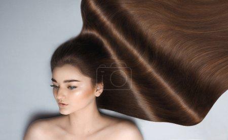 长长的棕色头发的年轻女孩