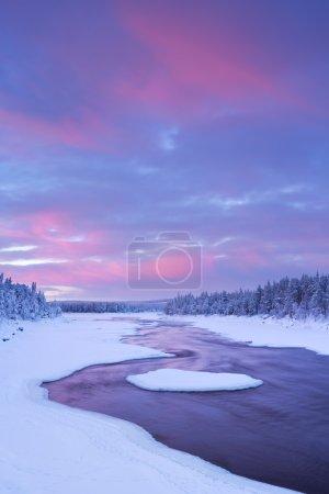 在一个冬天的风景,芬兰拉普兰的湍急河流上空的日出