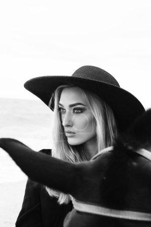 美丽的女人,与黑色的马