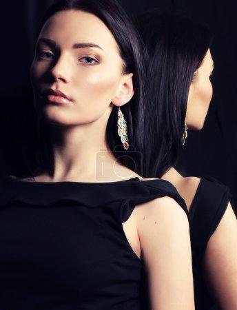 女人在镜子旁边的优雅装扮