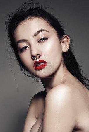 红红的嘴唇与穿孔模型