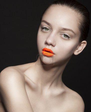 橙色的嘴唇的年轻女子