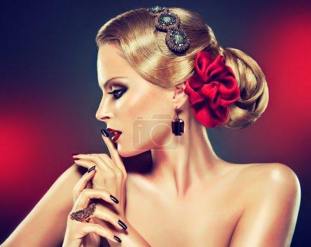 金发美女时尚化妆