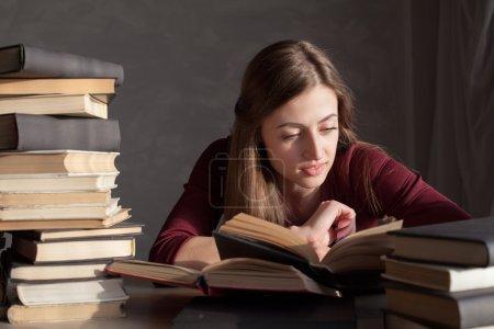 女孩正在准备考试和读取